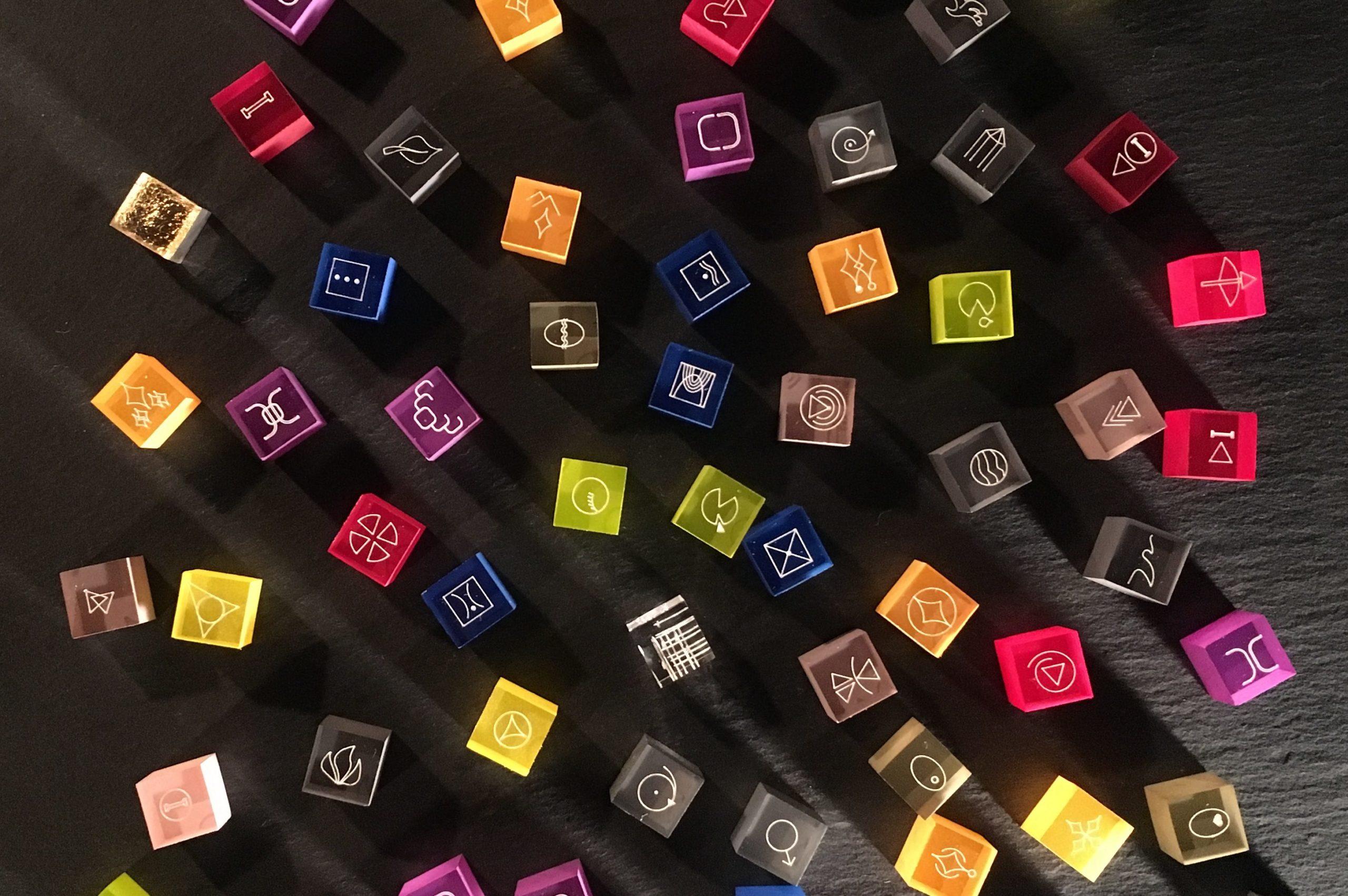 problemPlay-Steine ausgebreitet auf dunkler Platter